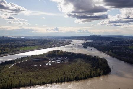 Photo pour Vue aérienne de l'île Douglas et pont Port Mann, à Vancouver, Bc, Canada. - image libre de droit