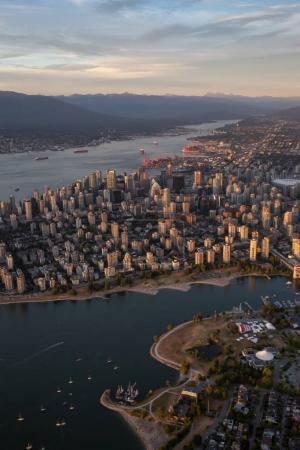 Vue aérienne du centre-ville de Vancouver, BC, Canada. Pendant un coucher de soleil brumeux .
