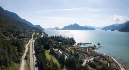 Photo pour Vue aérienne drone d'un beau paysage à Howe Sound. Prises au nord de Vancouver, Colombie-Britannique, Canada. - image libre de droit