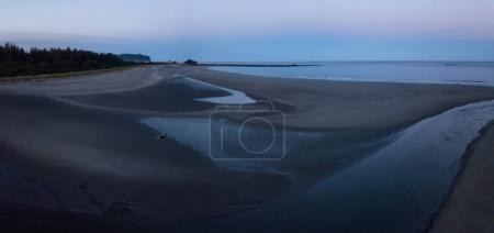 Photo pour Belle vue panoramique sur une plage de sable fin sur la côte de l'océan Pacifique. Pris dans la baie Neah, à l'ouest de Seattle, Washington, États-Unis, lors d'un lever de soleil d'été vibrant . - image libre de droit