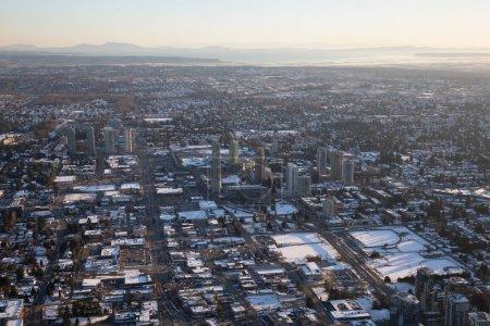 Photo pour Vue aérienne du centre Surrey pendant un coucher de soleil animé après une chute de neige. Prises à Vancouver, Colombie-Britannique, Canada. - image libre de droit
