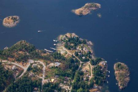 Photo pour Sunshine Coast, Colombie-Britannique, Canada. Vue aérienne de maisons de luxe à Irvines Landing par un matin ensoleillé et brumeux. - image libre de droit