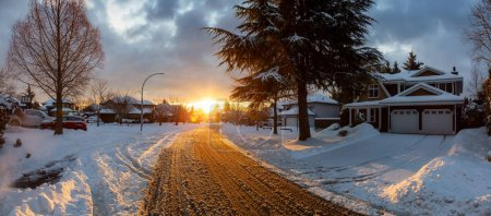 Photo pour Residential Neighborhood in the Suburbs during a Dramatic Colorful Sunrise after Big Snowfall. Prise à Fraser Heights, Surrey, Vancouver, C.-B., Canada. - image libre de droit