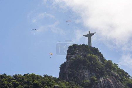 Photo pour Pilotes de parapente survolant Cristo Redentor Statue au sommet de Morro do Corcovado, Forêt de Tijuca, Rio de Janeiro, Brésil - image libre de droit