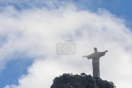 Photo pour Pilote de parapente survolant Cristo Redentor Statue au sommet de Morro do Corcovado, Forêt de Tijuca, Rio de Janeiro, Brésil - image libre de droit