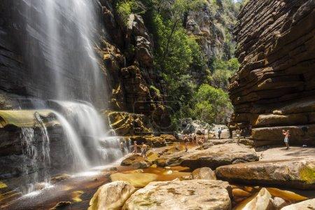 Wunderschöne Landschaft mit großem natürlichen Wasserfall auf felsigem Canyon in Chapada Diamantina, Bahia, Brasilien