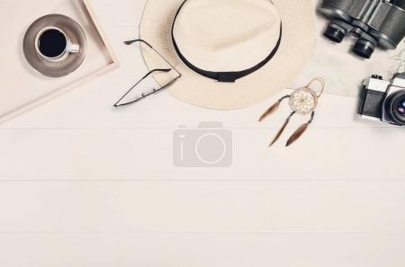 Photo pour Accessoires pour vue de dessus de voyage sur fond blanc en bois avec espace de copie. Aventure et wanderlust concept image avec accessoires de voyage. Se préparer pour un voyage exotique, voyage et tourisme . - image libre de droit