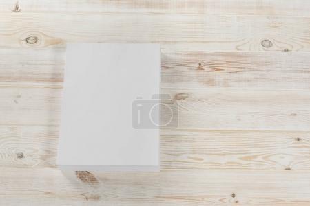 Foto de Maqueta de revista, un cartel, folleto A4, catálogo o folleto aislado sobre fondo blanco de madera. Vista superior de la página en blanco para su uso en diseño, maquetas y simulaciones. - Imagen libre de derechos
