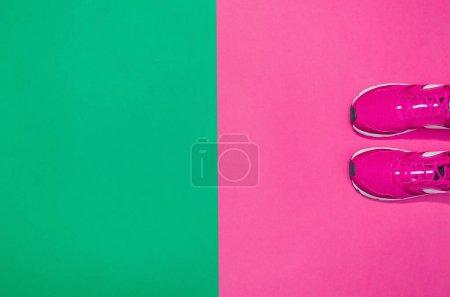 Photo pour Accessoires de confort, fond concept des modes de vie sains et actifs avec l'espace de la copie de texte. Produits avec des couleurs pastel dynamiques, percutants et composition de l'image. Image extraite de dessus, vue de dessus. - image libre de droit