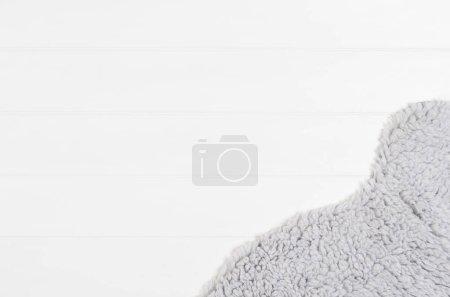 Photo pour Planches blanches avec motif de texture de bois et fond de fourrure avec espace de copie. Planches orientées horizontalement. Vue de dessus ou vue aérienne - image libre de droit