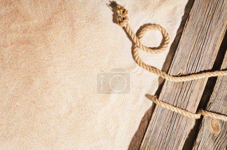 Photo pour Plage de sable vue de dessus avec texture de sable visible. Contexte pour les maquettes et la publicité . - image libre de droit