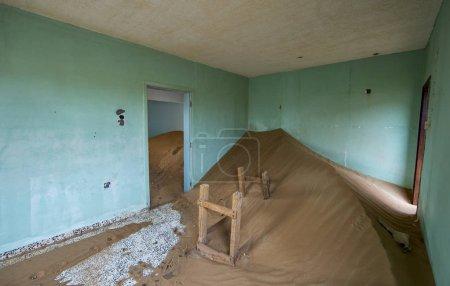 Photo pour Intérieur abandonné maison dans le désert près de Dubai - image libre de droit