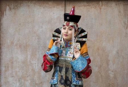 Photo pour Femme mongole en tenue traditionnelle du XIIIe siècle près du vieux temple d'Oulan-Bator - image libre de droit