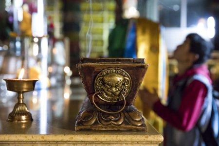 Photo pour Bougies et insense dans un temple bouddhiste à Oulan-Bator - image libre de droit