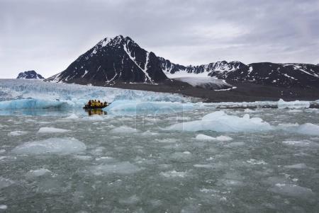 Photo pour Zodiaque voyageant à proximité du glacier Massive Monaco dans l'archipel du Svalbard en Norvège - image libre de droit