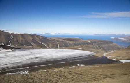Photo pour Glacier au-dessus de la petite ville de Longyearbean - image libre de droit