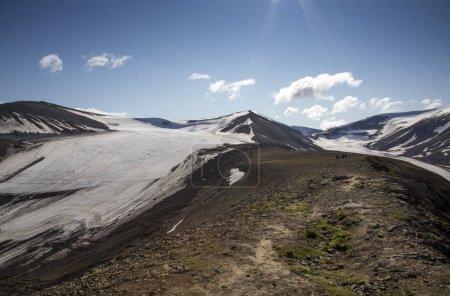 Photo pour Randonneurs au sommet de la montagne près de Trollsteinen point à Longyearbean, Svalbard - image libre de droit