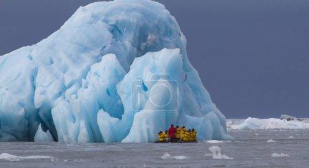 Photo pour Personnes voyageant dans le zodiaque près du glacier Massive Monaco dans l'archipel du Svalbard en Norvège - image libre de droit
