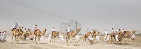 Photo pour Al Safen, Oman, 27 avril 2018 : hommes omani lors d'une course de chameaux dans une campagne - image libre de droit