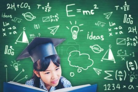 asiatische Schulkind Abschluss in Mütze und lesen ein Buch
