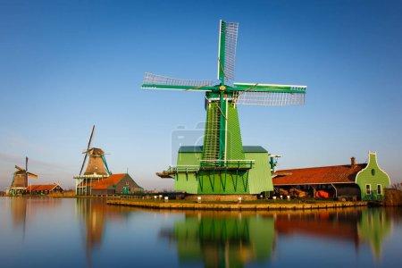 Photo pour Moulins à vent hollandais traditionnels sur l'eau - image libre de droit