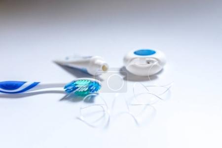 Photo pour Produits d'hygiène dentaire: brosse à dents, pâte et la soie dentaire. objets de soins de santé dentaires - image libre de droit