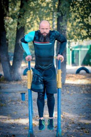 Homme faire des push ups sur barres parallèles