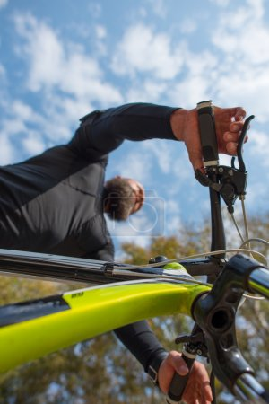 Foto de Vista inferior del montar a caballo bicicleta de ciclista barbudo adulto - Imagen libre de derechos