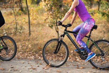 Foto de Ciclismo en el Parque otoño joven - Imagen libre de derechos