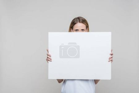 Photo pour Jolie femme tenant un plateau vide vide, isolé sur fond gris - image libre de droit