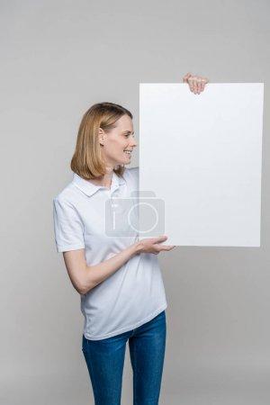 Photo pour Belle femme tenant un plateau vide vide, isolé sur fond gris - image libre de droit