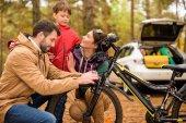 Glückliche Familie mit Fahrrad