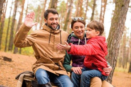 Photo pour Heureux de jouer familiale sympathique et s'amuser dans la forêt d'automne - image libre de droit