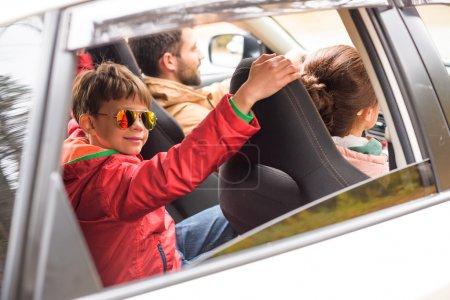 Héhé, voyageant en voiture