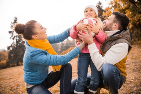 famille heureuse jouer dans le parc