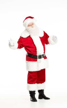 Photo pour Voir toute la longueur du père Noël pose et gesticulant avec mains tendues isolés sur blanc - image libre de droit