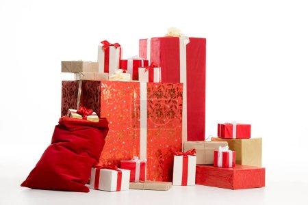 Photo pour Pile de cadeaux de Noël isolés sur blanc - image libre de droit