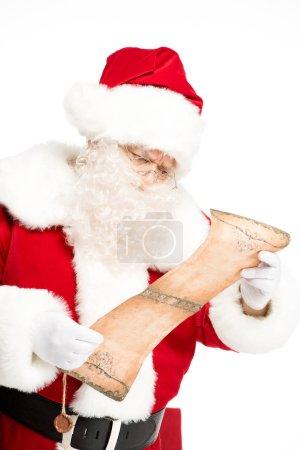 Photo pour Père Noël lecture wishlist isolé sur blanc - image libre de droit