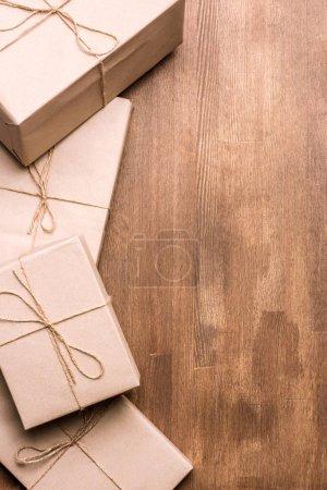 Photo pour Pile de boîtes-cadeaux sur fond en bois - image libre de droit