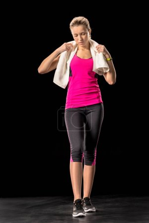 Photo pour Fatigué de sportive tenant la serviette sur le cou - image libre de droit