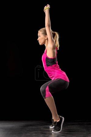 Photo pour Femme sportive faisant de l'exercice et des squats sur les orteils - image libre de droit
