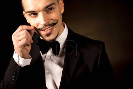 Photo pour Portrait d'un bel homme souriant en smoking - image libre de droit
