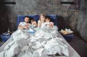 Nemocná rodina na posteli