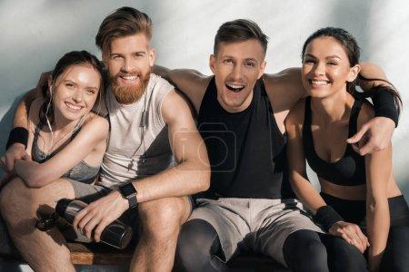 sportliche Männer und Frauen