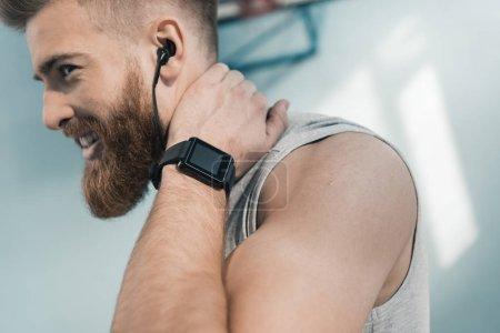 Photo pour Portrait de l'homme sportif avec smartwatch poignet souriant - image libre de droit