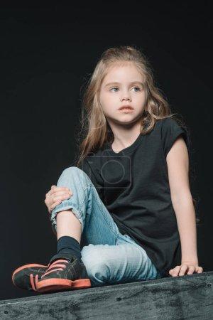 Photo pour Élégant adorable fille isolé sur fond noir - image libre de droit