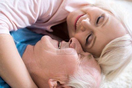 Photo pour Vue rapprochée du beau couple de personnes âgées se trouvant ensemble et des caresses - image libre de droit