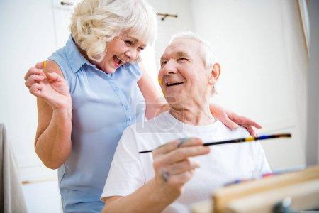 Photo pour Portrait d'heureux senior homme et femme en atelier d'art - image libre de droit