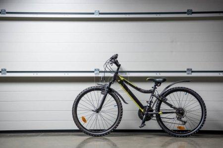 Photo pour Debout de vélo de montagne à l'intérieur au mur gris - image libre de droit