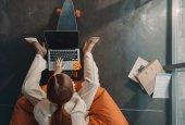 """Постер, картина, фотообои """"деловая женщина, использующая ноутбук"""""""